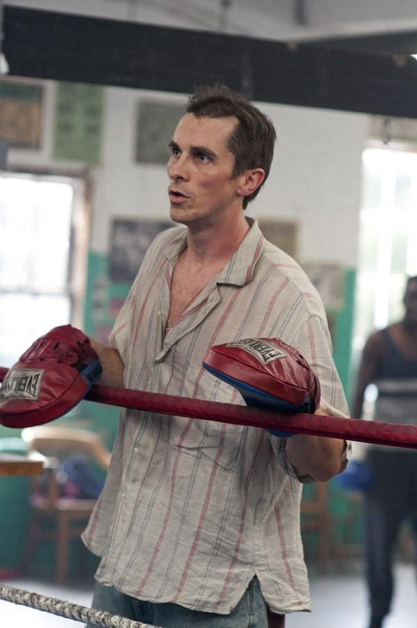 Для того, чтобы сыграть кокаино-зависимого бывшего боксера, Бейлу пришлось интенсивно заняться кардио-упражнениями для того, чтобы скинуть вес и достоверно изобразить наркомана. Получил премию «Оскар», «Золотой глобус» , а также премию Гильдии киноактёров США в номинации «Лучшая мужская роль второго плана» и вообще был обласкан критиками за эту роль.