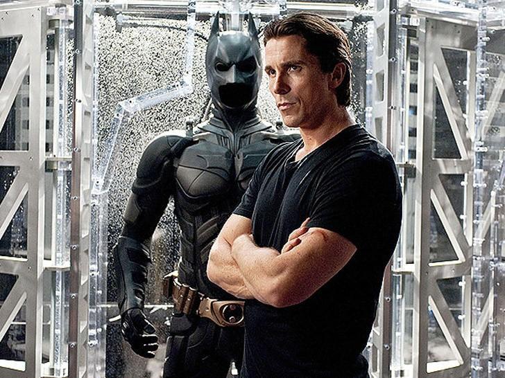 Тело Кристиана Бейла может меняться сколько угодно, в отличие от Бэтмена, который должен выглядеть неизменно атлетичным и мускулистым. Именно для роли в третьей части трилогии Бейл снова нарастил мышцы.