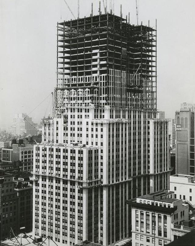 Башню удалось построить всего за 410 дней — рекордный для того времени срок, ведь высота ее составляла 381 метр до крыши и 443,2 метра до верхушки шпиля.