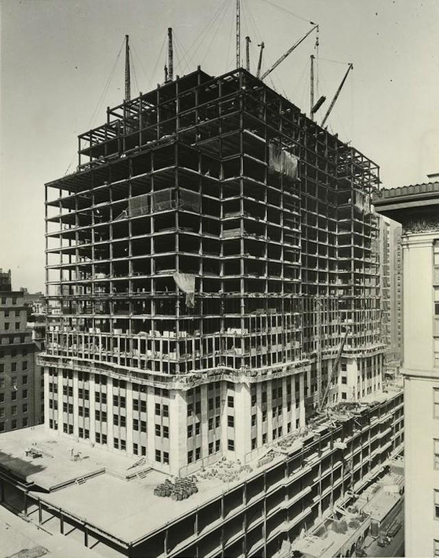 За неделю строились примерно четыре с половиной этажа. Рекордными стали десять дней, когда были возведены 14 этажей. Спешка была понятной: два других небоскреба, претендующие на титул самых высоких зданий в мире, — башня на Уолл-стрит, 40 и Крайслер-билдинг — были уже построены. Организаторам строительства Эмпайр-стейт-билдинг очень хотелось, как говорится, догнать и перегнать соперников.