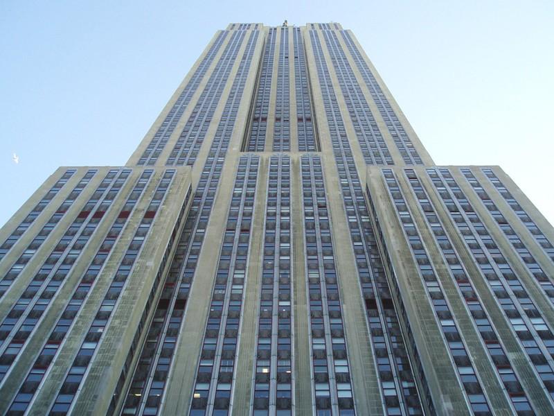 41 год Эмпайр-стейт-билдинг был самым высоким зданием в Нью-Йорке и 23 года — самым высоким сооружением в мире. В 1972 году северная башня Всемирного торгового центра обогнала Эмпайр-стейт-билдинг по высоте и стала самым высоким зданием в мире. После трагедии 11 сентября 2001 года небоскреб вновь стал высочайшим зданием в Нью-Йорке и до 2009 года оставался вторым по высоте в США после Уиллис-тауэр в Чикаго.