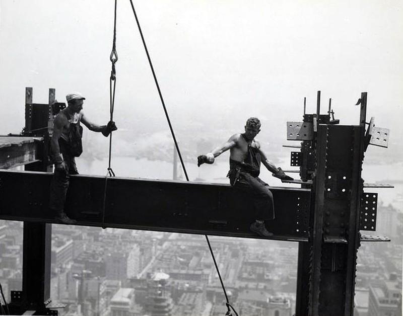 Все черно-белые снимки этого поста — работы Льюиса Викеса Хайна. Ему удалось запечатлеть не только все этапы строительства, но и условия, в которых строился небоскреб.