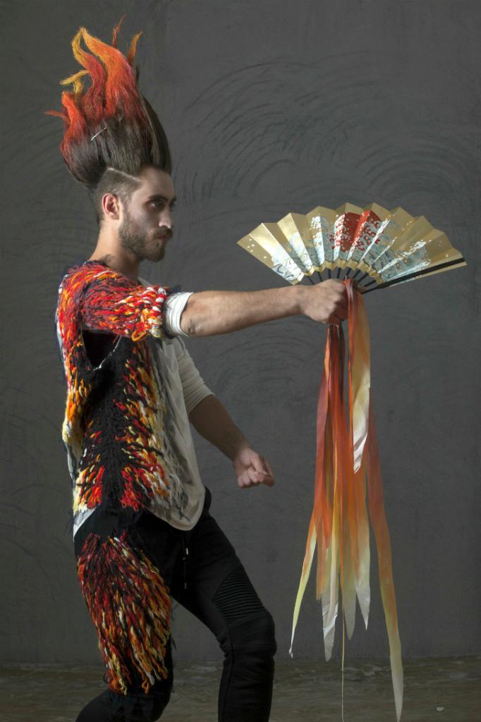 Одна из оживших, привычных Тильтилю и Митиль вещей — Огонь. Его душа выходит из очага и начинает свой танец в традиции японского театра Но. Богато расшитый костюм Огня не мешает артисту принимать замысловатые позы.