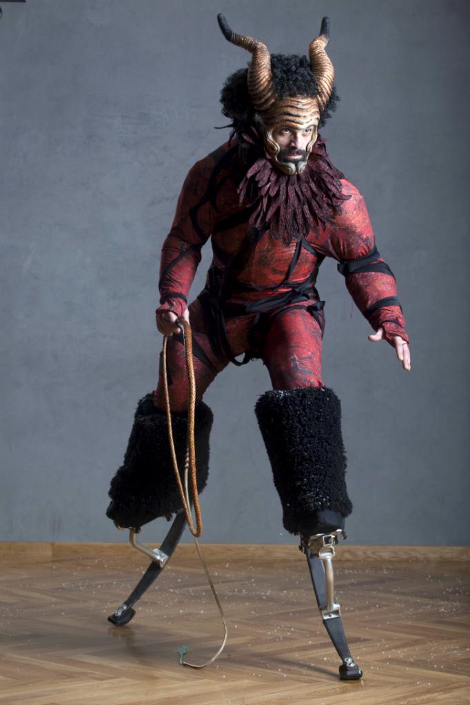 Дьявол передвигается по сцене на пружинящих ходулях и щелкает хлыстом. Он выглядит угрожающе, но, как и Наполеон, играет в пьесе комическую роль.