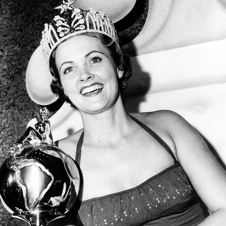 Мириам Стивенсон, США. «Мисс Вселенная — 1954». 21 год, рост 176 см.