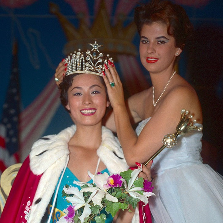 Акико Кодзима, Япония. «Мисс Вселенная — 1959». 22 года, рост 170 см, параметры фигуры 94−58−96.