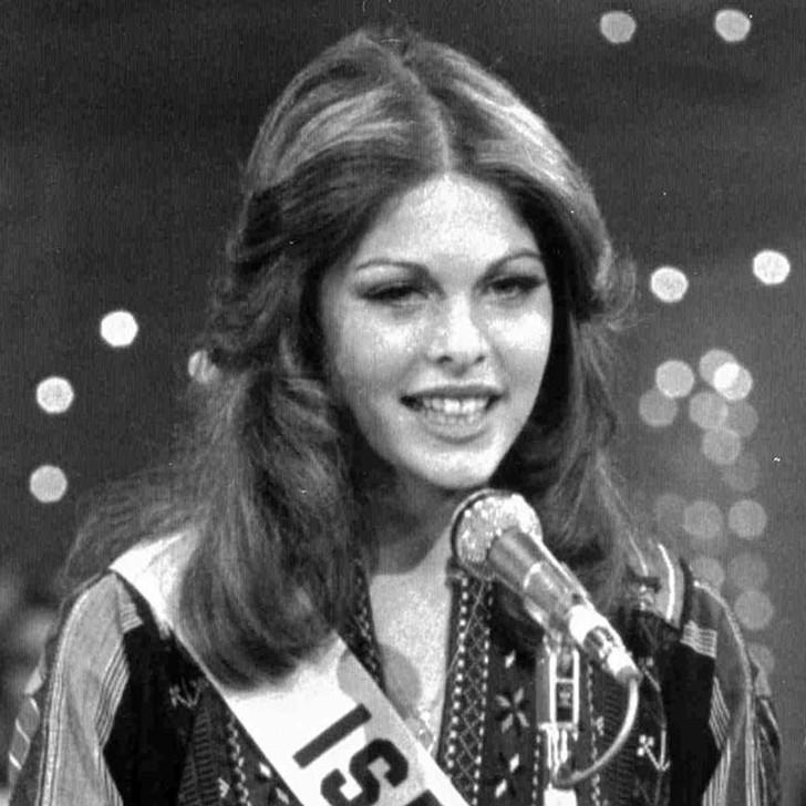 Рина Мессингер, Израиль. «Мисс Вселенная — 1976». 19 лет, рост 176 см, параметры фигуры 90−60−90.