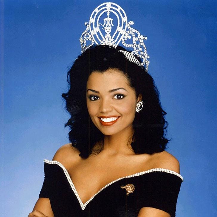 Челси Смит, США. «Мисс Вселенная — 1995». 21 год, рост 173 см, параметры фигуры 90−60,5−90.