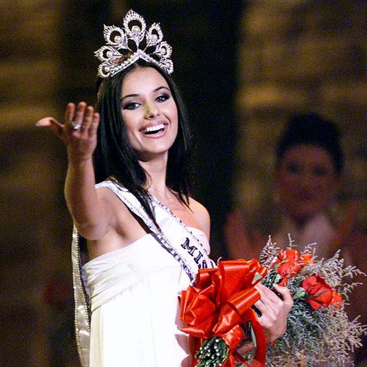 Оксана Фёдорова, Россия. «Мисс Вселенная — 2002». 24 года, рост 178 см, параметры фигуры 88−64−93.
