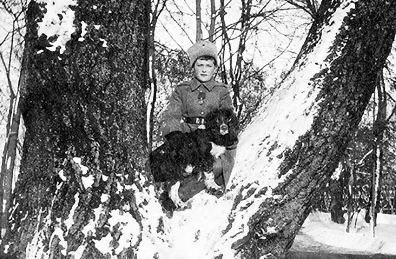 Дела шли все хуже и хуже. В апреле 1918 года прибыл комиссар, некий Яковлев, с приказом перевезти бывшего царя из Тобольска. Императрица была непреклонна в своем желании сопровождать мужа, но у товарища Яковлева были и другие приказы, которые все усложнили. В это время царевич Алексей, страдающий гемофилией, из-за ушиба начал страдать параличом обеих ног, и все ожидали, что его оставят в Тобольске, а семья разделится на период войны.