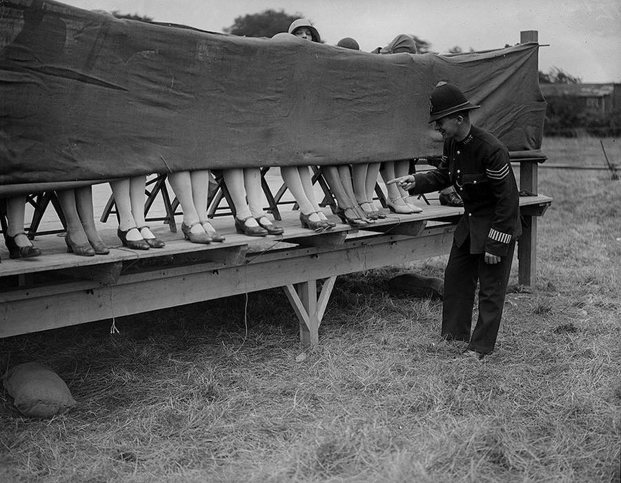 Полицейский оценивает лодыжки участниц конкурса красоты в Лондоне. 1930 год.