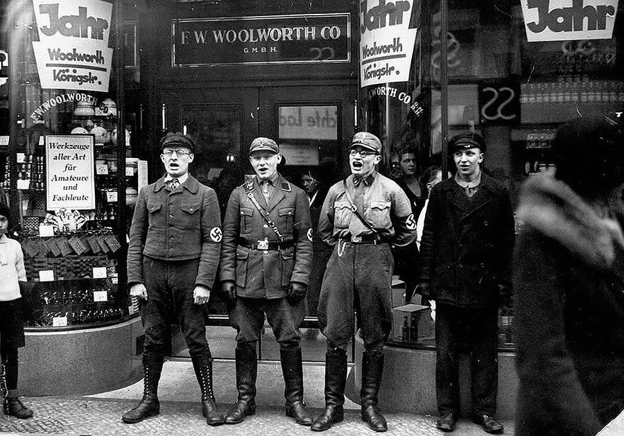 Нацисты поют у еврейских магазинов живописи, чтобы побудить немцев выступить за закрытие магазинов. 1933 год.