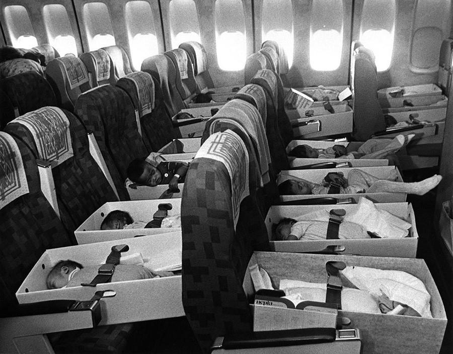 Вьетнамские сироты, родители которых погибли на войне, летят в лос-анджелесский аэропорт. 12 апреля 1975 года.