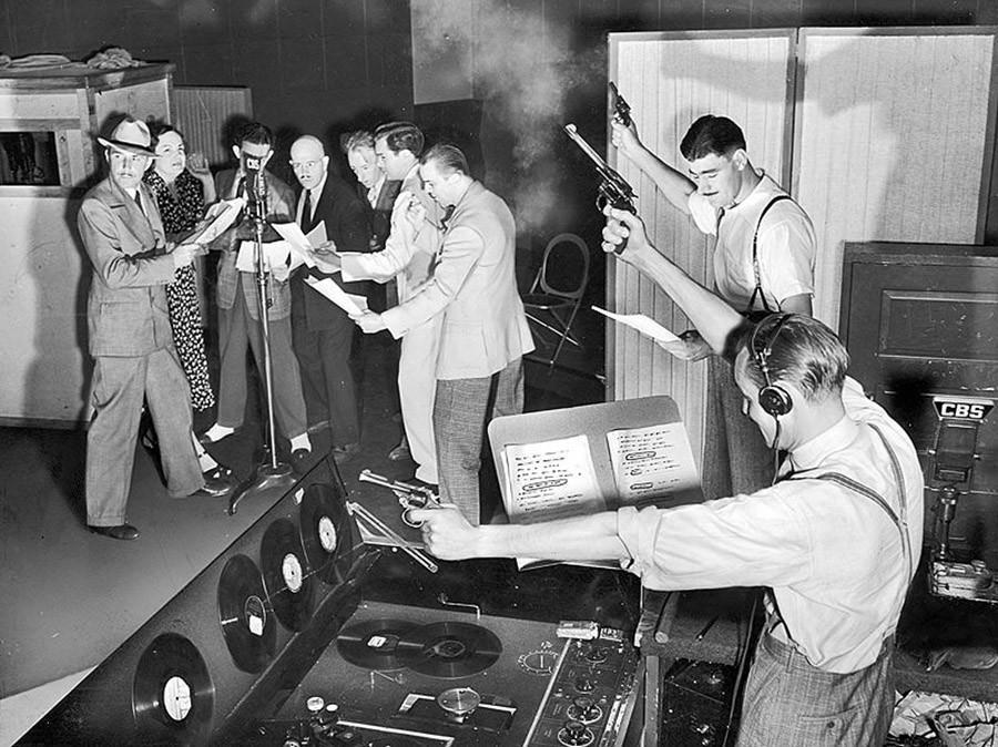 Актеры, записывающие эпизод детективного радиошоу «Охотники за бандами». 1934 год.