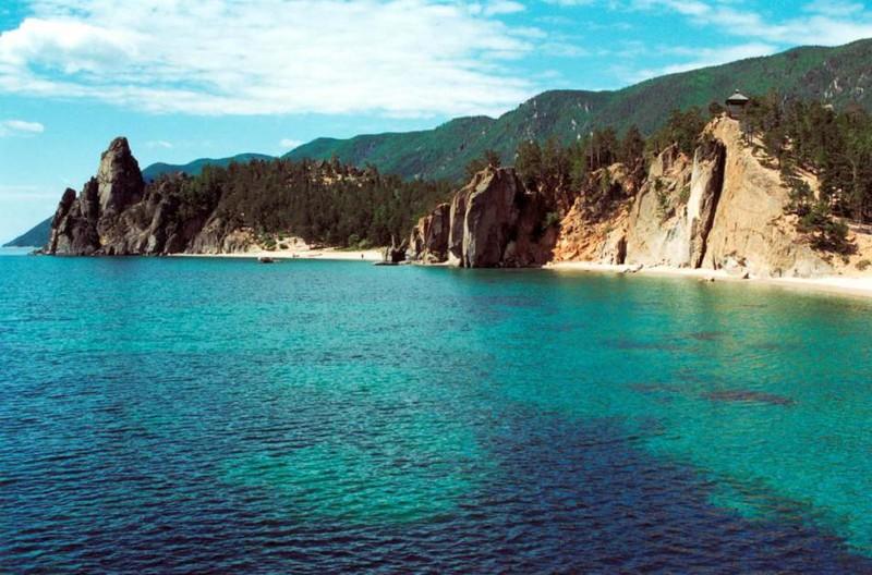 В 1982 году исследователи впервые с помощью специального оборудования обнаружили, что вода озера Байкал светится. К сожалению, это явление невозможно увидеть невооруженным глазом. Уровень свечения при этом составляет 100 фотонов на 1 кв. см в секунду. Дальнейшие исследования показали, что свечение вод неоднородное и на глубине теряет интенсивность. Также его яркость снижается в период с ноября по середину января.