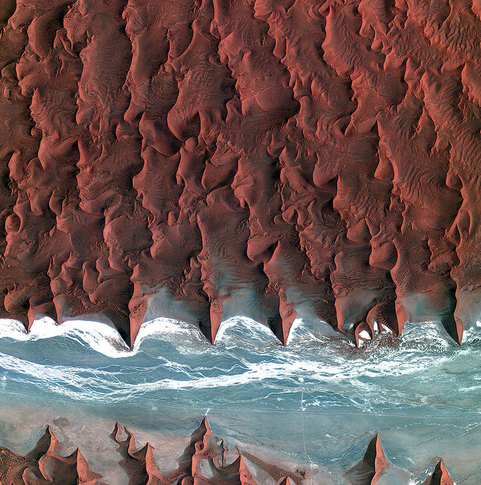 Это не фото ада, а всего лишь высохшее русло реки Соссусфлей. Неизвестно, почему дюны принимают именно такую форму, хотя геологи исследуют это место десятилетиями.