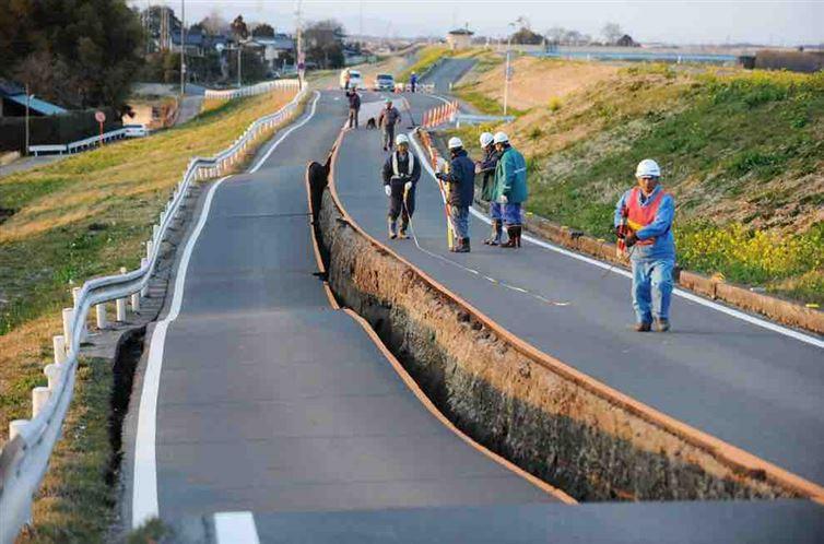 Это действительно случилось в Японии после землетрясения. Видимо, разлом между двумя полосами возник потому, что каждая из двух полос строилась отдельно.
