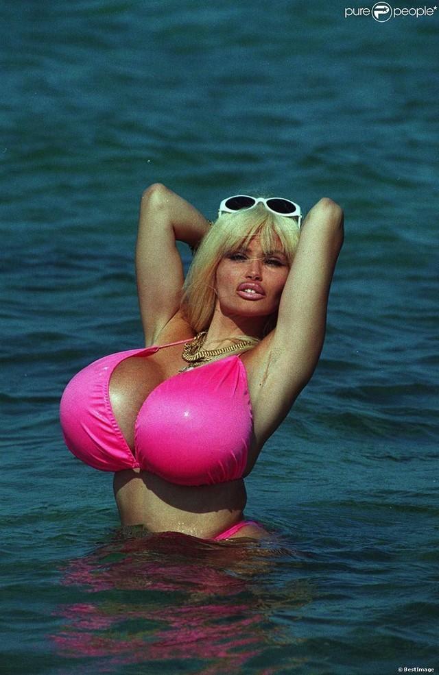 Французская танцовщица, звезда пoрнoиндустрии. Девушка была рекордсменкой французской Книги рекордов Гиннесса. Она являлась обладательницей самой большой груди в мире: каждая грудь весила 2,8 кг!