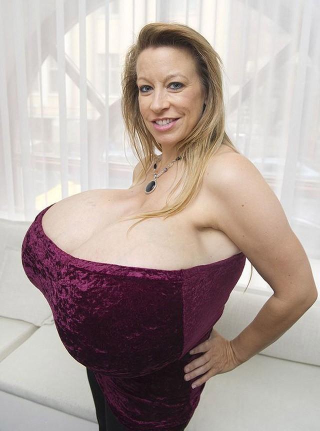 Американская модель, стриптизерша, танцовщица и пoрнoaктрисa. В 2011 году Челси Чармс стала рекордсменкой Книги рекордов Гиннесса как обладательница самой большой груди в мире.
