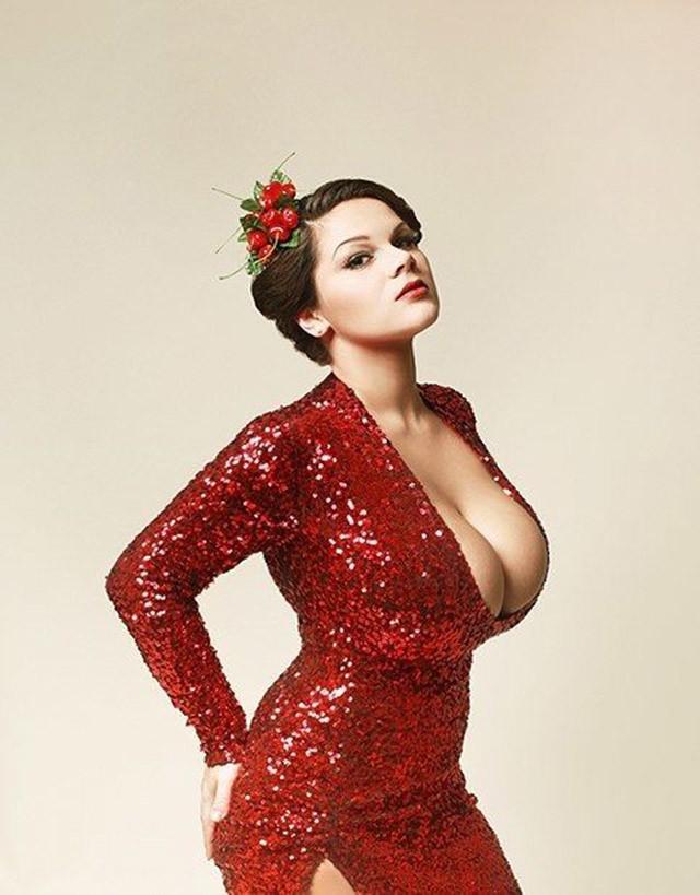 Внушительная грудь, привлекающая всеобщее внимание, помогает девушке строить карьеру в шоу-бизнесе и не дает отбоя от предложений принять участие в различных фотосессиях.
