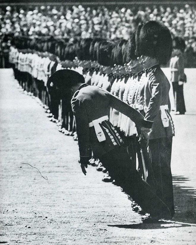 6. Гвардеец демонстрирует, что, даже если он упадет, британские солдаты не обратят на это никакого внимания.