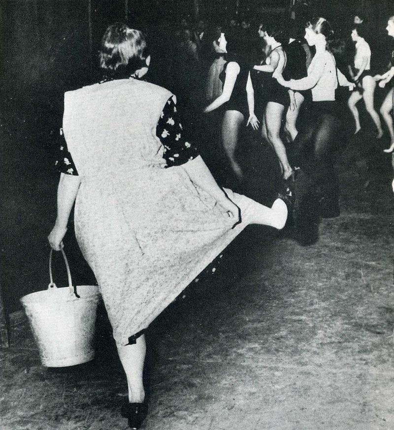 10. Уборщица на танцах в Лондоне не может сдержаться и тоже пускается в пляс.