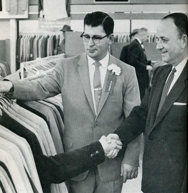 14. На открытии нового магазина Robert Hall в Мемфисе пиджак 39-го размера помогает продать себя.