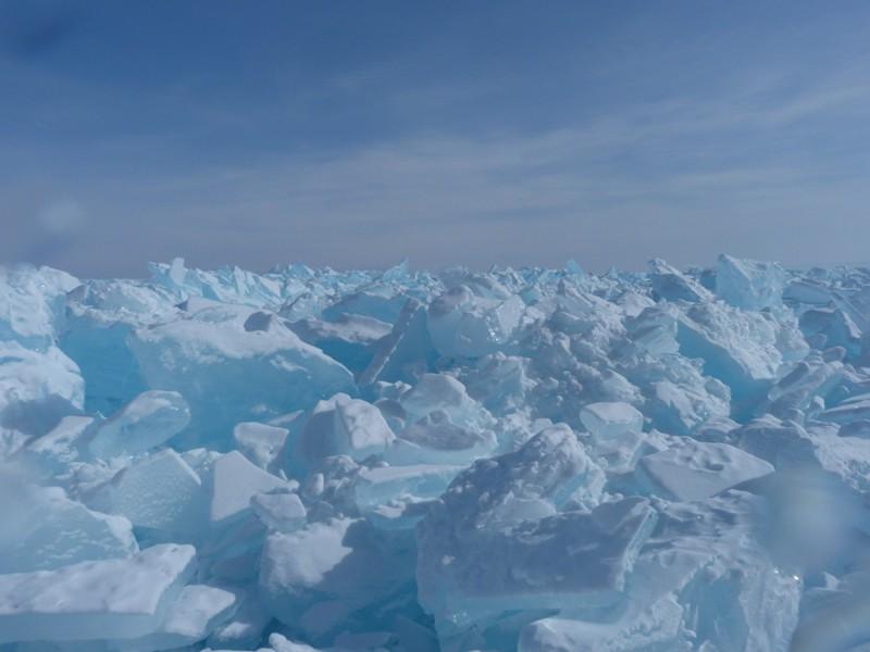 Озеро Байкал уникально своими необычными формами ледового покрова. Среди них особенно отмечают так называемые «сопки»— полые внутри конусы из льда, высота которых может достигать 6 м.