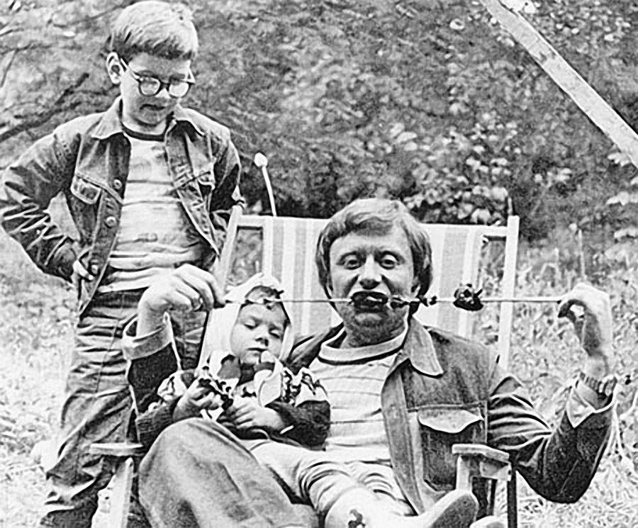 Андрей Миронов с дочерью Машей на шашлыках у друзей на даче. 1976 год