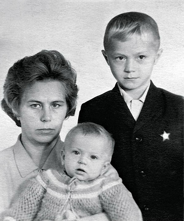 Андрей Панин с мамой и сестрой Ниной, 1972 год