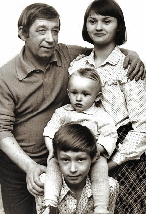 Борислав и Екатерина Брондуковы с сыновьями Костей и Богданом, 1980 год