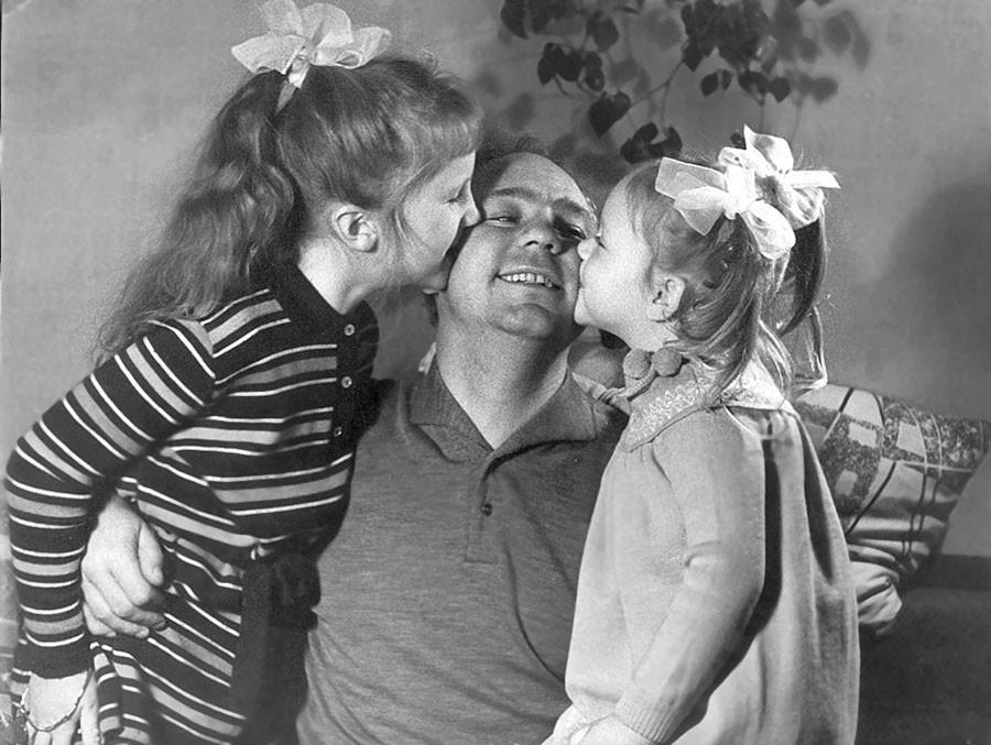 Николай Рыбников с дочерьми Аришей и Аленой. Фото из личного архива А. Ларионовой