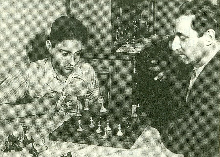 Отец и сын Смеховы играют в шахматы, 1953 год