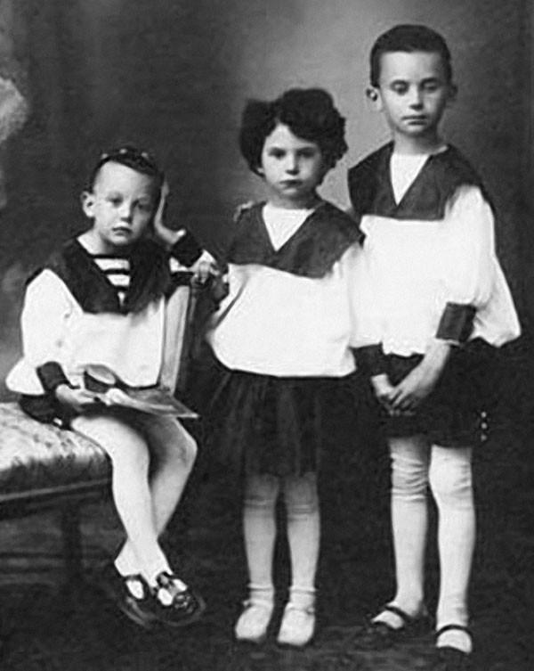 Леонид Гайдай с сестрой Августой и братом Александром