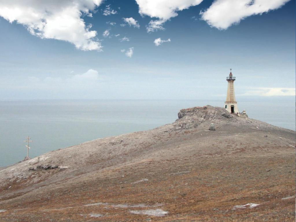 Как раз в память о Семене Дежневе на высоте около 100 метров над уровнем моря установлен маяк в виде четырехгранного обелиска.