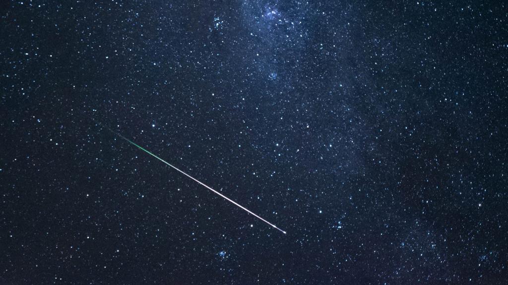 В этот период Земля проходит через шлейф пылевых частиц, выпущенных кометой Свифта-Таттла.