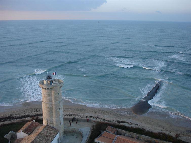 Такое ощущение, что параллели и меридианы нанесены прямо на поверхность воды. Но на самом деле таким образом действительно дуют ветра и пересекаются волны на острове Ре, Франция.