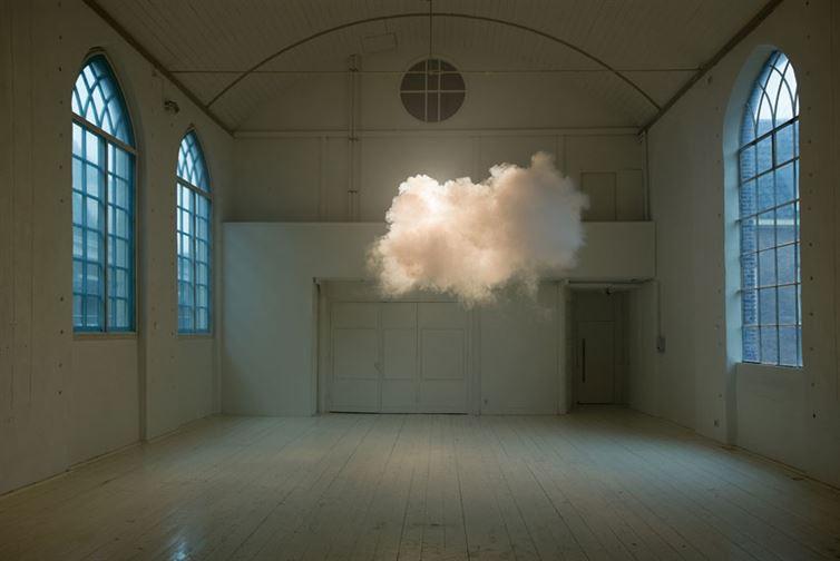Это может показаться фейком, но на самом деле это работа голландского художника Бернднаута Смилде, который специально поддерживает в этой комнате нужные температуру и влажность, чтобы создавать облака.