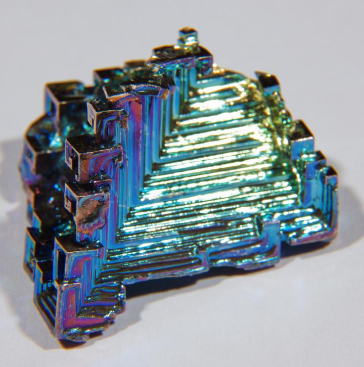 Висмут — это естественный природный кристалл. И он именно так и выглядит.