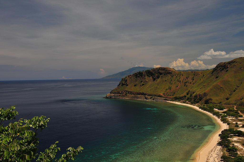 Демократическая Республика Восточный Тимор занимает восточную часть острова Тимор в Малайском архипелаге и находится в 450 километрах на север от Австралии. Это одна из самых бедных стран в мире. В прошлом году ее посетило 78 тысяч туристов.