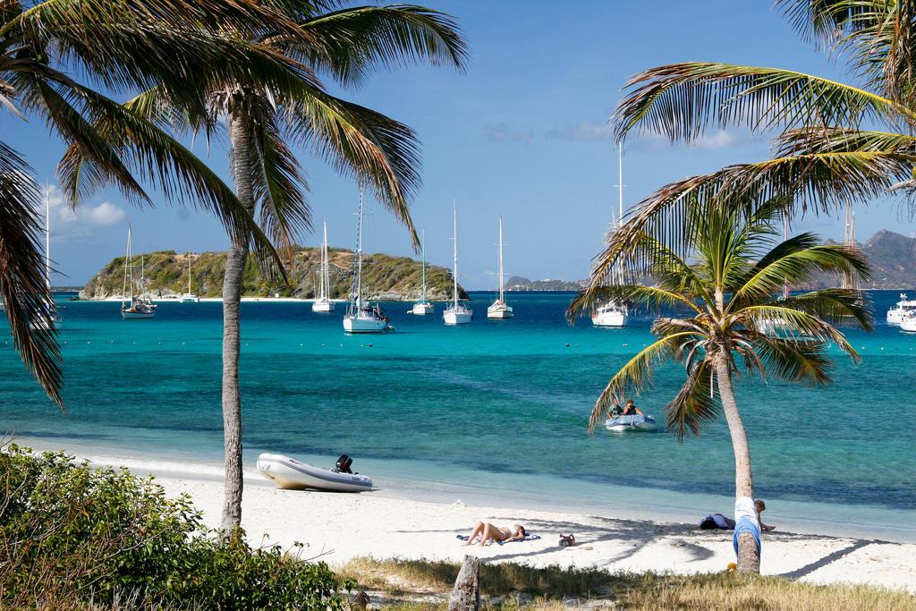 Государство в Карибском море, которое состоит из острова Сент-Винсент и 32 маленьких островков группы Гренадины. В прошлом году здесь побывало 72 тысячи туристов.