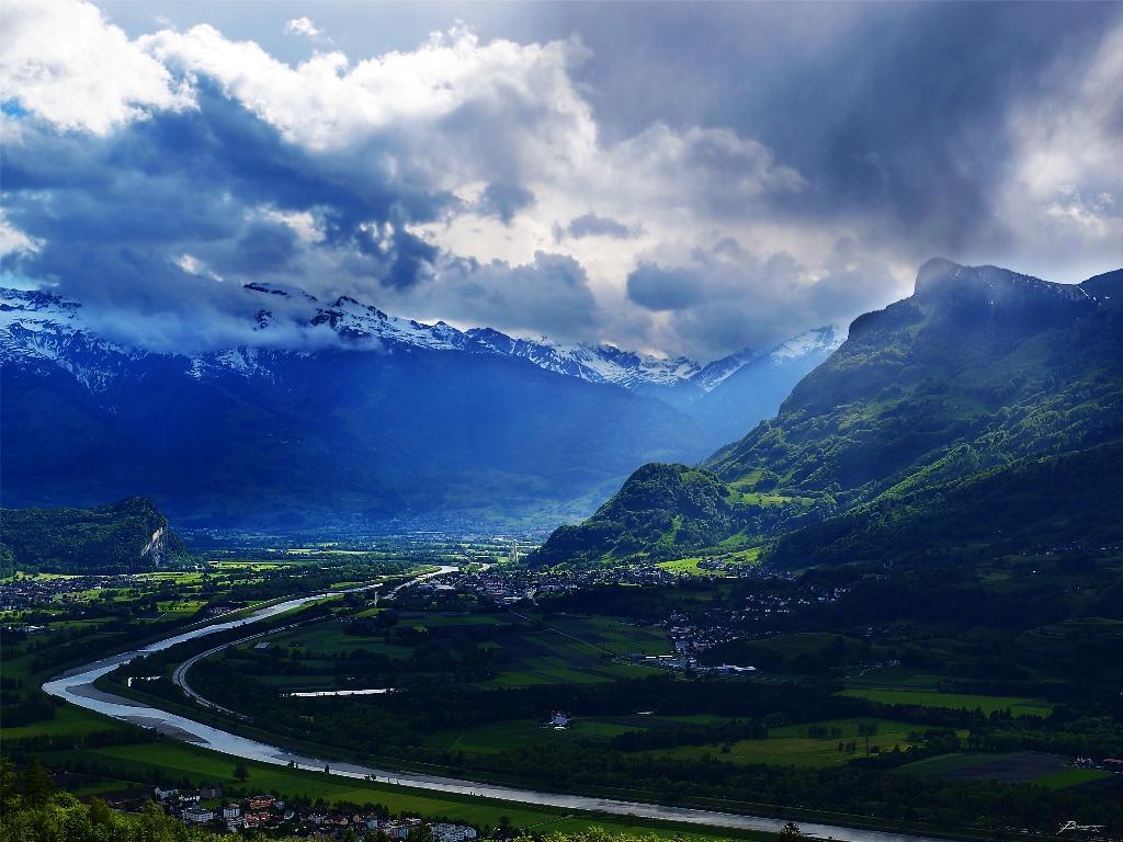 Это одна из самых богатых стран в мире. Низкие налоги и либеральная политика в отношении банковских депозитов сделали Лихтенштейн «налоговым раем» в Европе. Налоговый рай посетило в прошлом году 60 тысяч туристов.