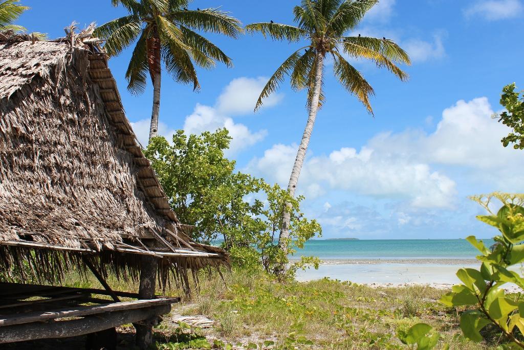 Республика Кирибати — это группа, состоящая из 33-х коралловых атоллов в Тихом океане, расположенная по обеим сторонам экватора. В 1979 году страна перестала быть зависимой от Великобритании. Кирибати — это одно из островных государств, таких как Мальдивы и Тувалу, которые находятся под угрозой затопления из-за постоянно растущего уровня воды в океанах. Только 6000 туристов за весь прошлый год посетило эту страну.