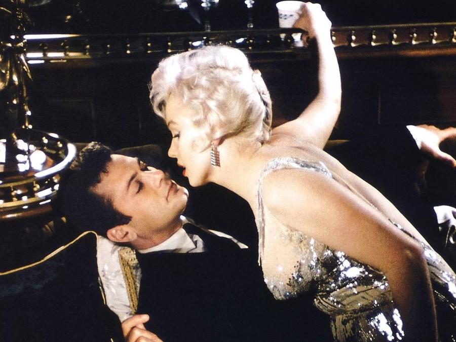 Нет ничего сложнее, чем съемки комедии в подавленной атмосфере взаимной неприязни. В любимой многими комедии «В джазе только девушки» веселье, шутки и легкость рождались в таких муках, что вспоминать о производстве картины впоследствии не хотел никто из актеров. Виной всему черная полоса в жизни Мэрилин Монро — актриса страдала от несчастливого брака, тяжело переживала неудачную беременность, впадала в депрессию и бессонницу. Все это не могло не отразиться на работе, Монро опаздывала на площадку, забывала текст и срывала дубли — одну из сцен снять удалось только с сорок первого раза! Тони Кертису пришлось особенно тяжело, он просто зеленел от ярости, когда актриса срывала ему очередной съемочный день. «У всех свои недостатки», говорите? Да актерам хотелось придушить свою партнершу!