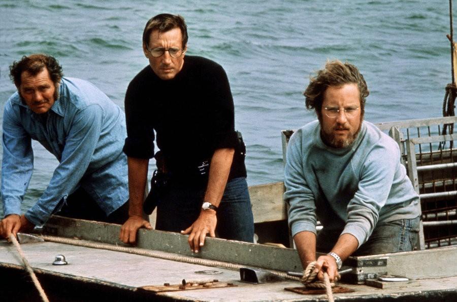 Великий фильм Стивена Спилберга «Челюсти» славу свою снискал не только благодаря динамичным сценам с акулой, но и не в последнюю очередь за счет отношений между рыбаком-простаком Квинтом и высокомерным морским биологом Хупером, героями Роберта Шоу и Ричарда Дрейфуса. Оказывается, ненависть между персонажами возникла из не слишком теплых отношений друг к другу самих актеров. По словам Спилберга, пара постоянно находилась на ножах, и если до драк не доходило, то язвительные шпильки в адрес коллеги актеры отпускали едва ли не ежеминутно. Лишь профессионализм удержал Дрейфуса от открытого конфликта, а ведь Шоу своими дерзкими хулиганскими выходками выводил из себя всю команду, что, впрочем, и сделало «Челюсти» особенным фильмом.