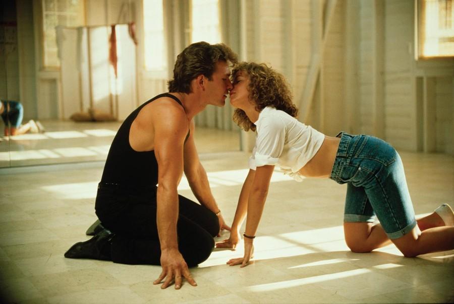 Одна из самых успешных романтических мелодрам в истории, «Грязные танцы», как и все, что связано с ритмом и хореографией, не могла бы стать прокатным хитом, не присутствуй в фильме «химия» между партнерами. Между Патриком Суэйзи и Дженнифер Грей определенная искра чувствуется, но это отнюдь не взаимная влюбленность или теплые романтические чувства — наоборот, на площадке актеры не слишком-то ладили. Суэйзи считал свою партнершу обделенной актерским талантом, в ответ Грей смеялась над неуклюжестью и неповоротливостью коллеги. Порой взаимные подколки завершались перебранками, которые накаляли страсти и в кадре, и вне его.