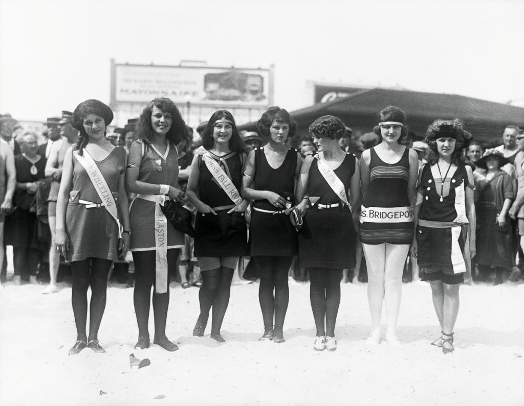 beauty-pageant-participants-posing-together