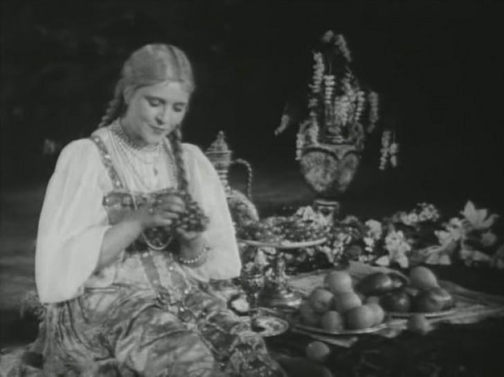 У нее была слишком романтическая внешность, и это в тридцатые, когда в кино требовались исключительно типажи девушек-ударниц. Однако роль все-таки нашлась: Людмила снялась в главной роли вместе с Сергеем Столяровым в самой первой экранизации пушкинской сказки «Руслан и Людмила» (1938 год).
