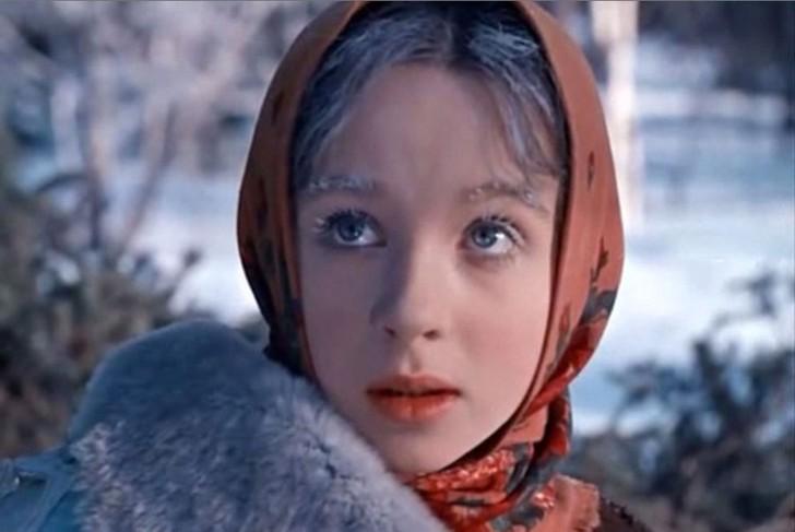 Никто уже и не вспомнит о том, что Наталья Седых была фигуристкой, зато всем хорошо известна ее роль Настеньки в фильме «Морозко» (1964 год). После съемок девушка поступила в хореографическое училище и лично забрала свои документы с киностудии, заявив, что сниматься больше не будет никогда. К счастью, обещания не сдержала.