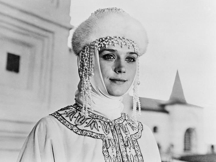 При сказочно красивой внешности Алфёровой досталась только одна роль в советском волшебном кино — она сыграла невесту Василия Буслаева из одноименного фильма, вышедшего на экраны в 1982 году.